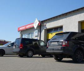 Siedziba warsztatu samochodowego Auto Ars - wjazd do hali warsztatowej