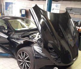 Aston Martin z podniesioną maską